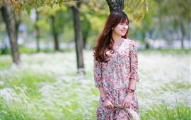 Feliz niña asiática, verano, hierba