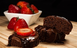 Pedaços de bolo de chocolate, morango, sobremesa