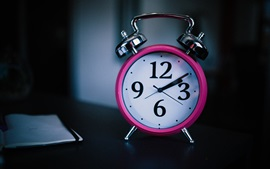 Reloj de alarma rosa