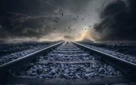 Ferrocarril, nubes, rayos, pájaros