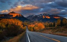 Carretera, árboles, montañas, otoño, nubes, anochecer
