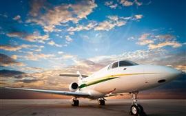 Pista de decolagem, aeródromo, avião de passageiros, céu, nuvens, amanhecer