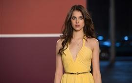 壁紙のプレビュー 黄色の服女、正面からの景色