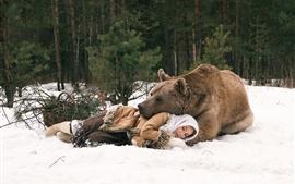 Urso e menina dormindo, inverno, neve