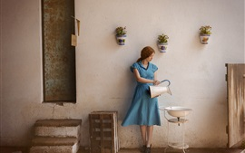 Vestido de niña azul, la vida, hervidor de agua, lavabo