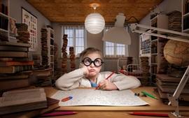 Ребенок, маленькая девочка делают домашнее задание, очки, книжный шкаф, книги, несчастные