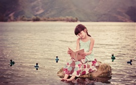 Aperçu fond d'écran Cute child girl read book, river, water, stone