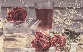 Стеклянный чайник, красные розы