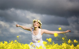 Niña feliz, corona, flores, verano