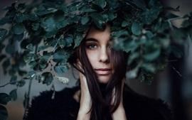 Aperçu fond d'écran Long cheveux fille, derrière les feuilles