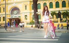 Belle fille asiatique, vélo rose, rue