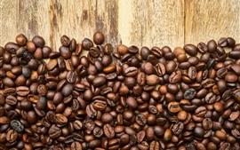 多くのコーヒー豆、木製ボード