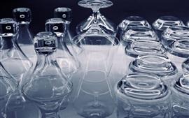 Много стеклянных чашек, прозрачных