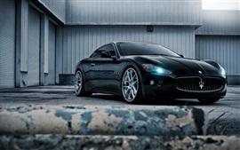 Vista dianteira do carro preto Maserati, farol