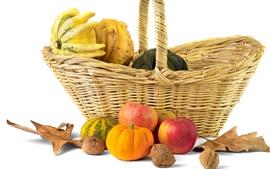 Nueces, calabaza, manzanas, otoño, cesta, la naturaleza muerta, fondo blanco