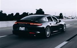 Porsche negro velocidad del coche, vista trasera