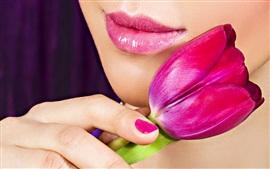 Красный тюльпан, губы девушки