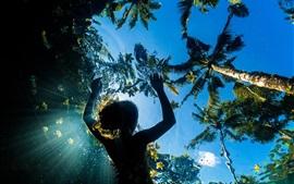 Mar, palmeiras, menina de natação, vista de debaixo d'água