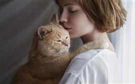 Короткие волосы девушка обнимает кошку