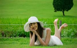 Vorschau des Hintergrundbilder Lächeln asiatisches Mädchen, Gras, Hut, Sommer