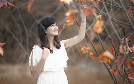 Vestido branco Menina asiática, outono, floresta, folhas