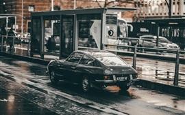 Черный автомобиль работает в дождь, дорога, скорость
