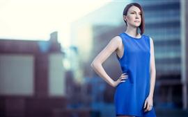 Falda chica azul, pose, estilo de pelo