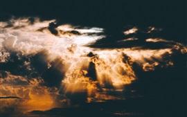 Nubes, rayos del sol, anochecer