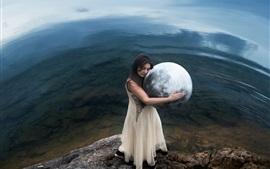 A menina abraça um modelo de terra
