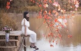 預覽桌布 快樂亞洲女孩,湖,楓葉