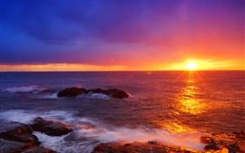 Japón, hermosa puesta de sol, el mar, las olas