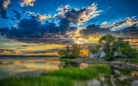 Lago, árboles, hierba, casa, nubes, puesta de sol