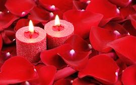 Velas rojas, llama, pétalos de rosa, romántico