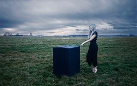 Menina de cabelo branco, caixa, grama, nuvens