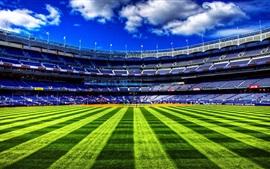 Campo de beisebol, grama verde, céu, nuvens