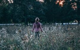 Criança garota, flores silvestres, vista traseira
