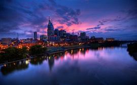 Ville, coucher de soleil, bâtiments, lumières, rivière, bateaux, ciel rouge