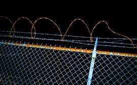 Забор, колючая проволока, ночь