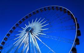 Roda da fortuna, luzes, céu azul