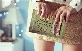 Chica toma un libro, manos, brillo