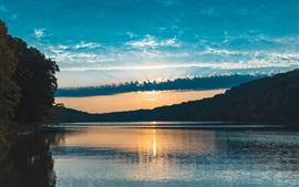 湖、木々、空、雲、太陽の光、日没