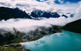 Montañas, niebla, casas, lago, vista superior