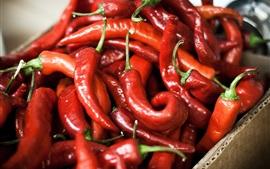 Pimentas vermelhas em uma caixa