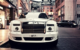 Vista frontal del coche blanco phantom Rolls Royce