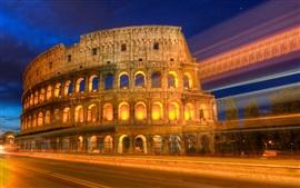 Ночной вид римского colosseum, огни, дорога