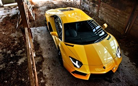 Желтый верхний вид суперкара Lamborghini