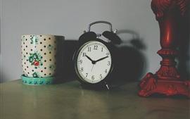 Despertador, taza, mesa