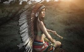 Красивая девушка в индийском стиле, оглядываясь назад, головной убор, перья