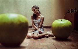 Grandes maçãs verdes e uma menina