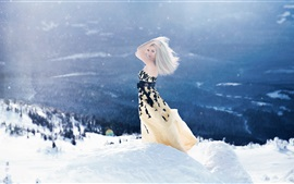 Menina loira no inverno, neve grossa